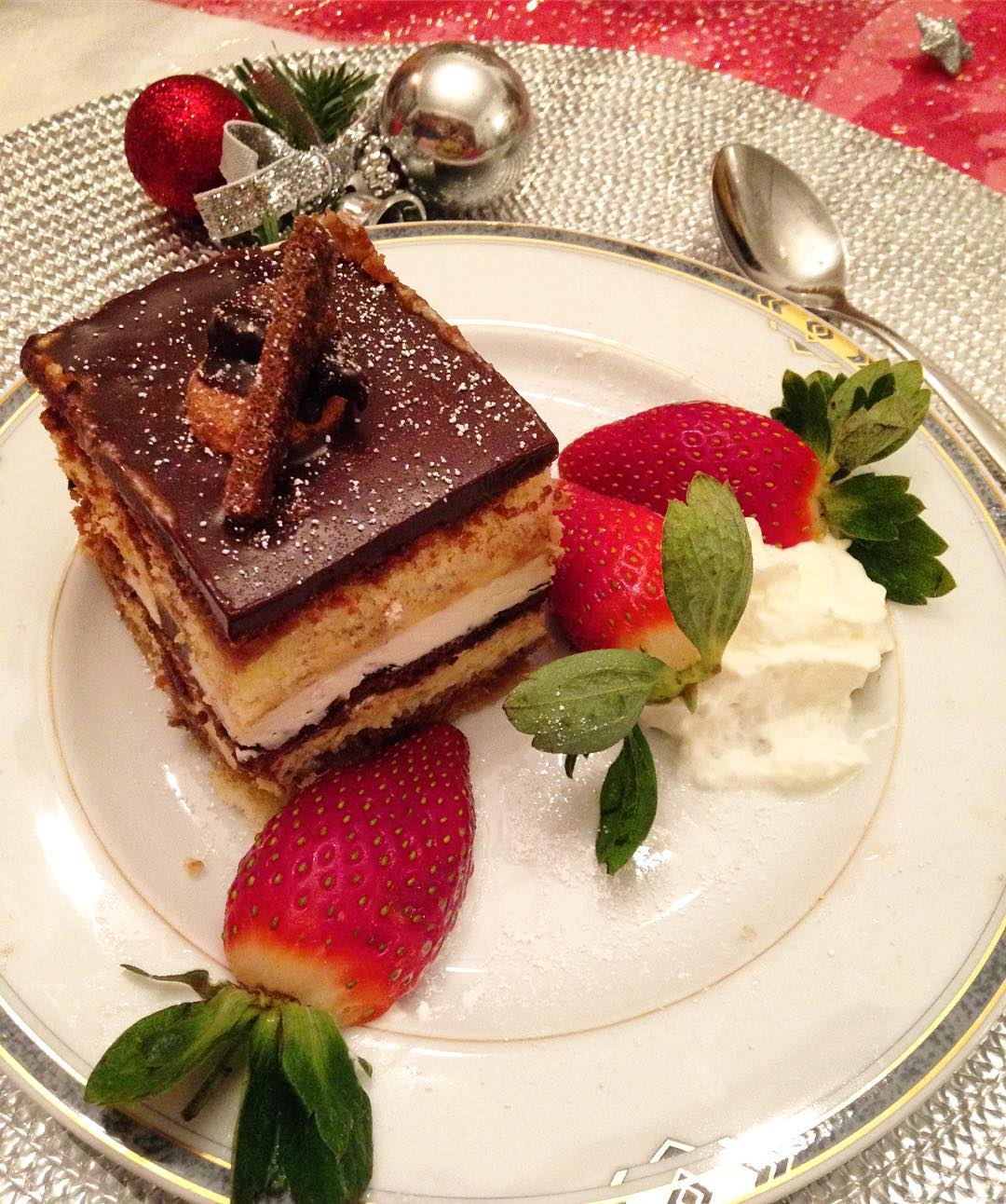Dessert bei künstlichem Licht