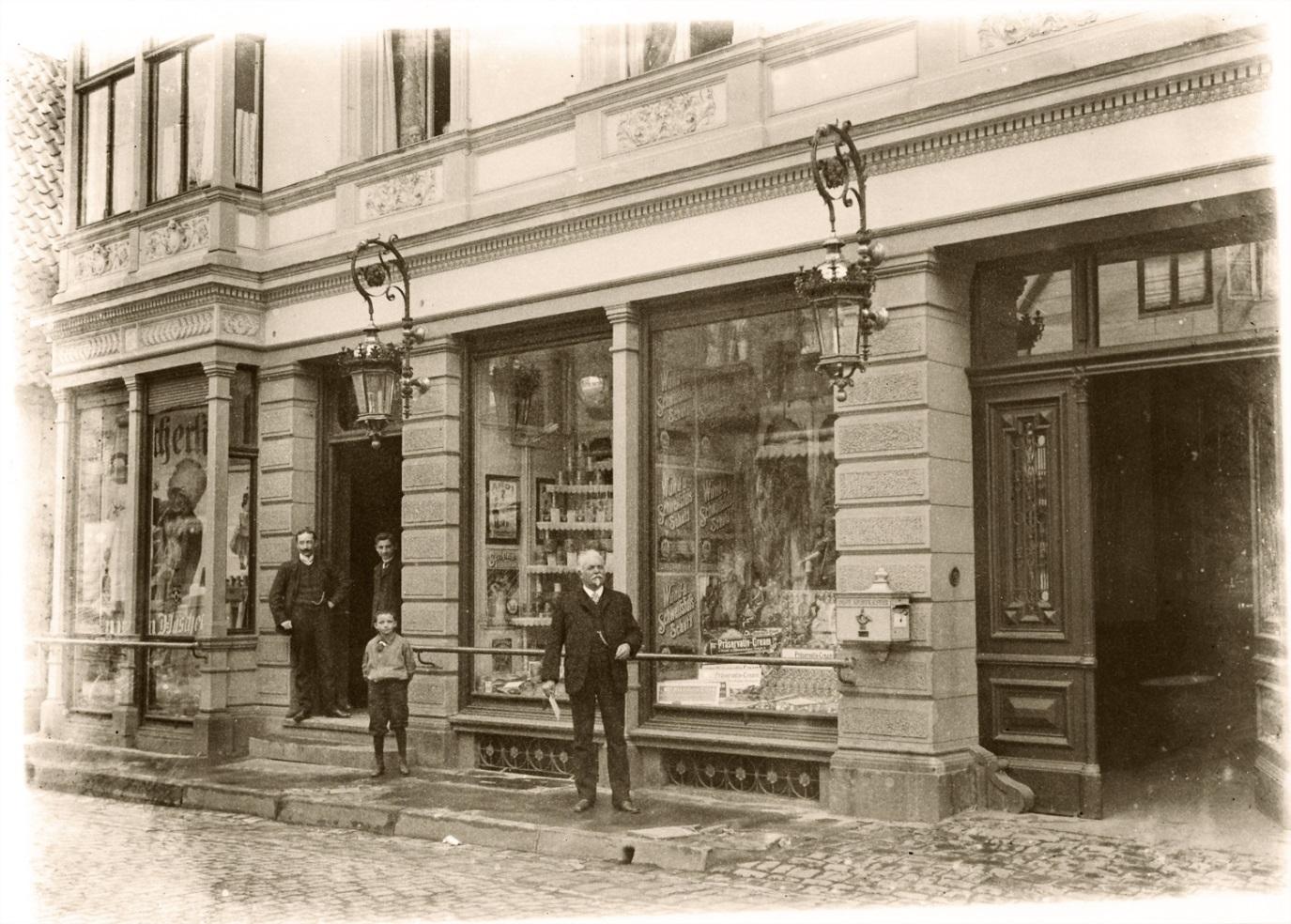 GEHWOL-Erfinder Eduard Gerlach (der Ältere) vor seiner Drogerie in der Langen Straße in Lübbecke.